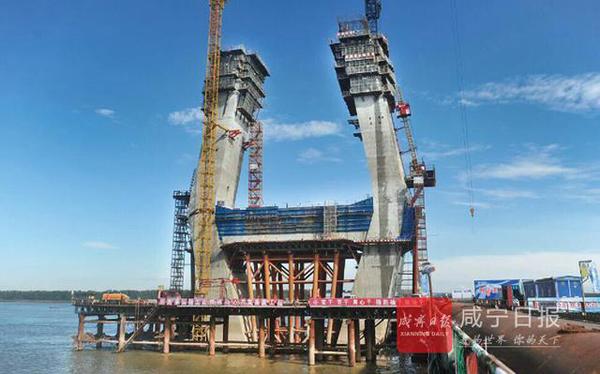 截止今年8月20日,嘉鱼长江大桥共完成投资3.4亿元,占年度投资计划6.2亿元的55%;开工累计完成投资13.5亿元,占批复概算31.44亿元的42.9%,预计2019年元旦建成通车。大桥建成后,将推动嘉鱼加快融入长江经济带,使之成为武汉新港核心区。